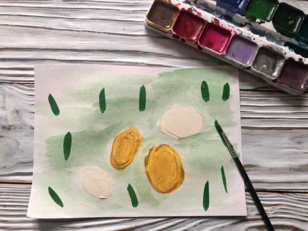 Яички простые и золотые на лужайке