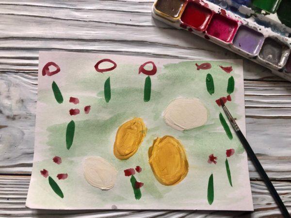Яички простые и золотые на полянке