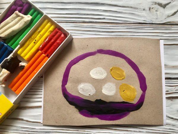 Простые и золотые яички в корзинке