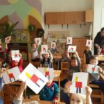 Дети держат аппликации на тему Стул