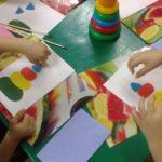 Дети складывают пирамидку