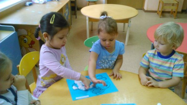 Дети делают аппликацию в мини-группе