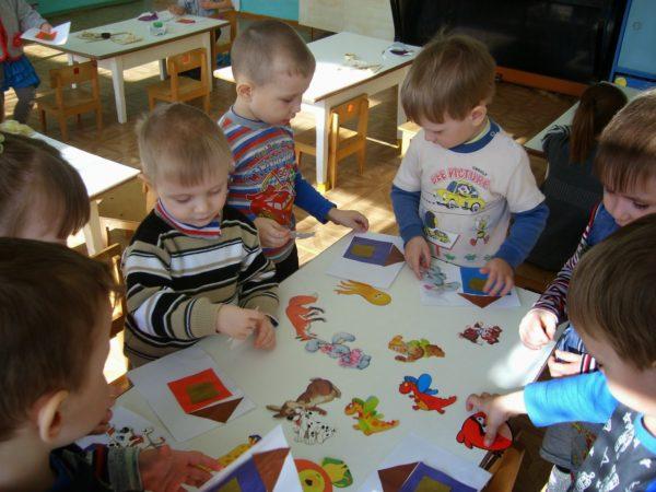 Дети соединяют животных с их домиками