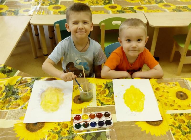 дети рисуют золотые яички