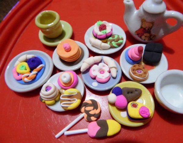 Разнообразие угощений из пластилина
