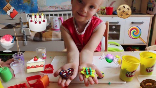 Девочка показывает пластилиновые угощения