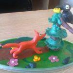 Сюжет «Ворона и Лисица» из пластилина