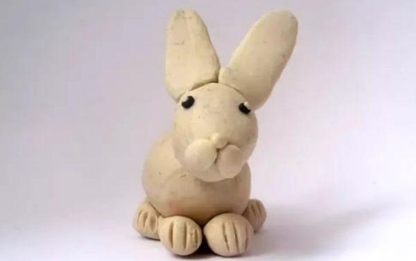 Белый заяц из пластилина