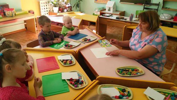 Педагог объясняет детям задание по лепке