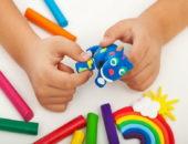 Ребёнок лепит голубое животное