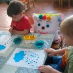 Дети рисуют капли дождя
