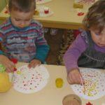 Дети рисуют ватными палочками