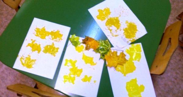 Жёлтые листья отпечатками листьев