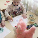 Дети рисуют клубочки для котёнка