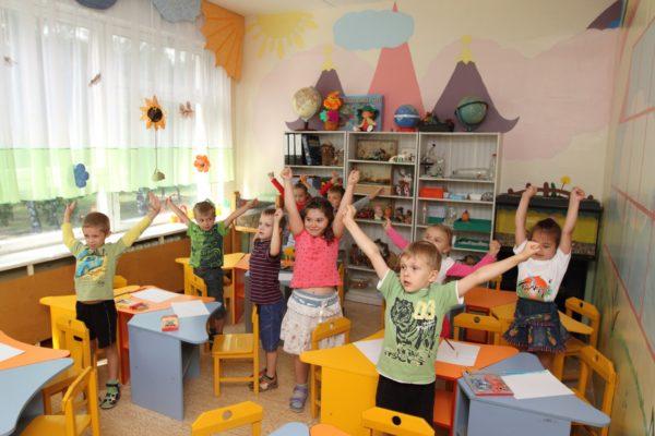Дети выполняют физкультминутку на занятии