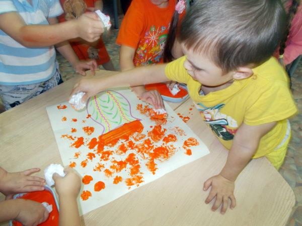 Дети рисуют отпечатком скомканной бумаги
