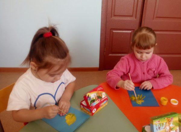 Две девочки рисуют