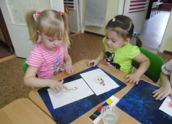 Девочка рисует пальчиком