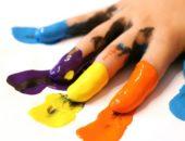Детские пальцы в разноцветной краске