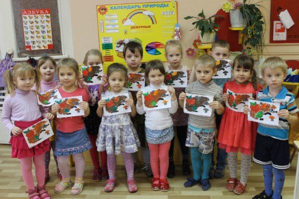 Дети держат свои рисунки