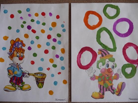 Клоуны с маленькими шариками и кольцами