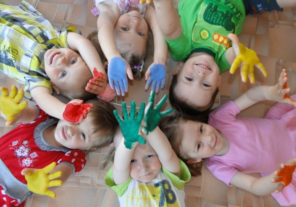 Дети с ладошками в краске