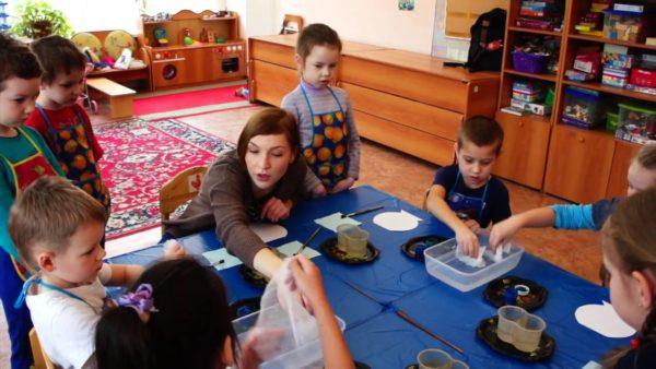 Педагог объясняет детям, как рисовать через марлю