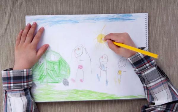 Ребёнок рисует человечков