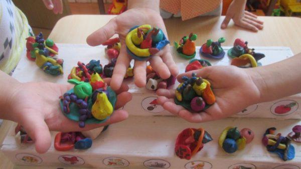 Тарелочка с фруктами на руке