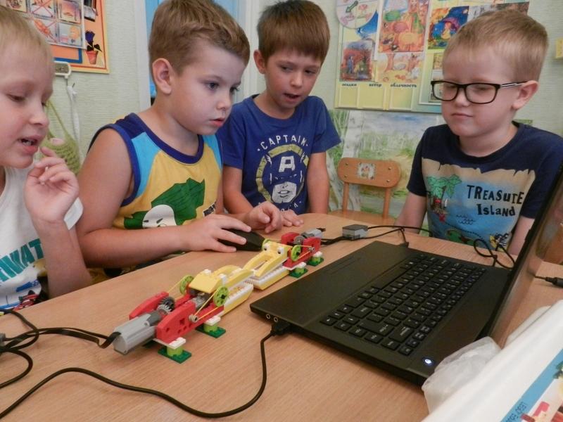 Дети запускают машинку с помощью ноутбука