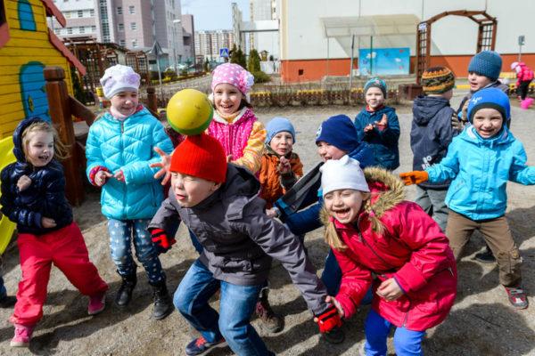 Дети смеются на осенней прогулке