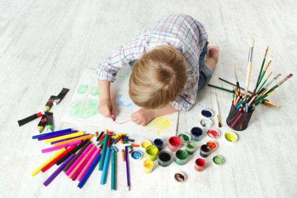 Мальчик рисует домик