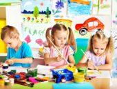 Дети рисуют красками