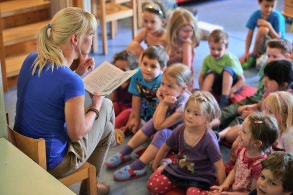 Воспитатель читает детям сказку