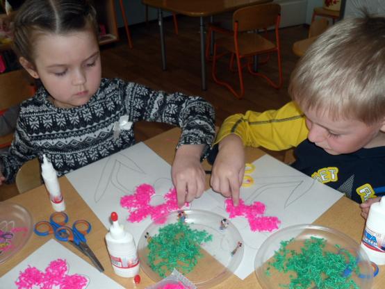 Дошкольники выкладывают изображение с помощью нарезанных кусочков ниток