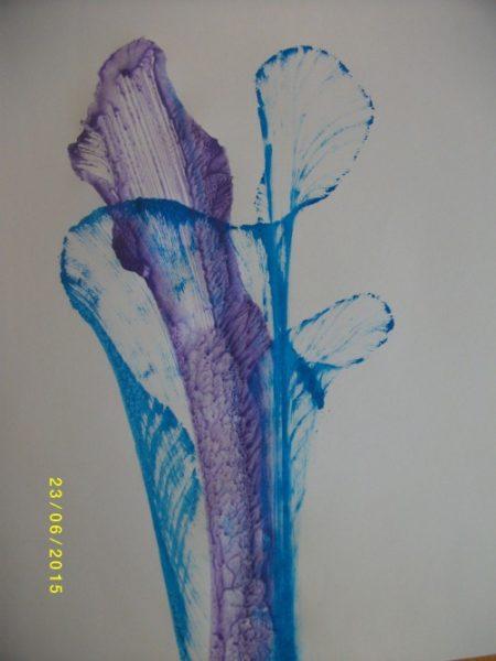 Оттиски на листе нитей голубого и фиолетового цвета