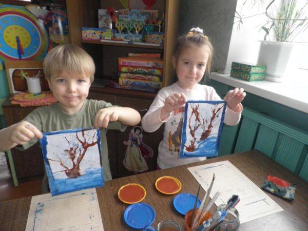 Дети с рисунками сказочных деревьев