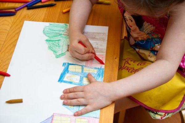 Ребёнок рисует восковыми карандашами
