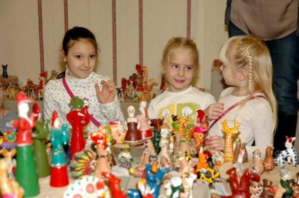 Дети на выставке народных игрушек