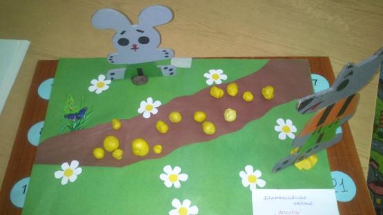 Заяц из бумаги и пластилиновые колобки