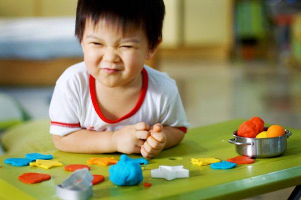 Мальчик занимается лепкой