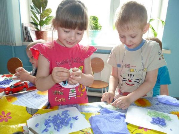 Дошкольники скатывают комочки из салфеток