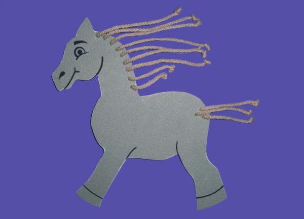 Лошадка с гривой и хвостом из ниток