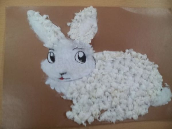 Силуэт кролика заполнен комочками из салфеток