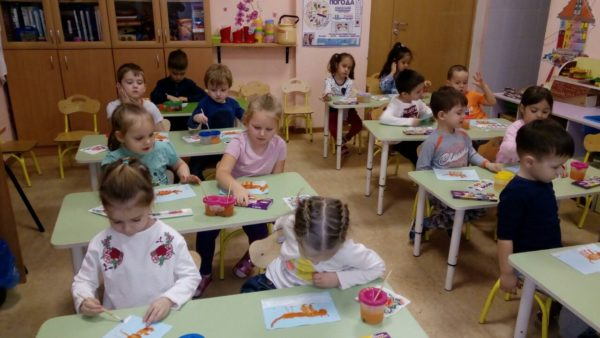 Дети рисуют за столами