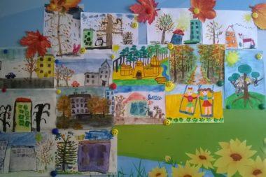 Стенд с детскими рисунками на тему «Город»