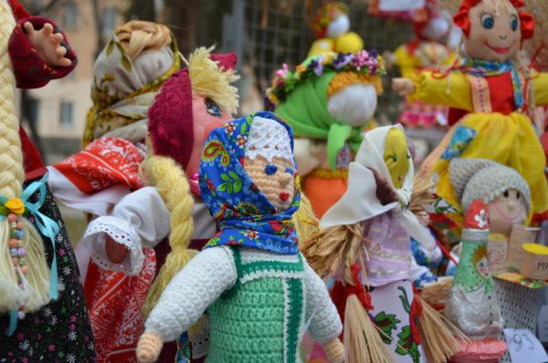 Выставка разнообразных кукол-Маслениц