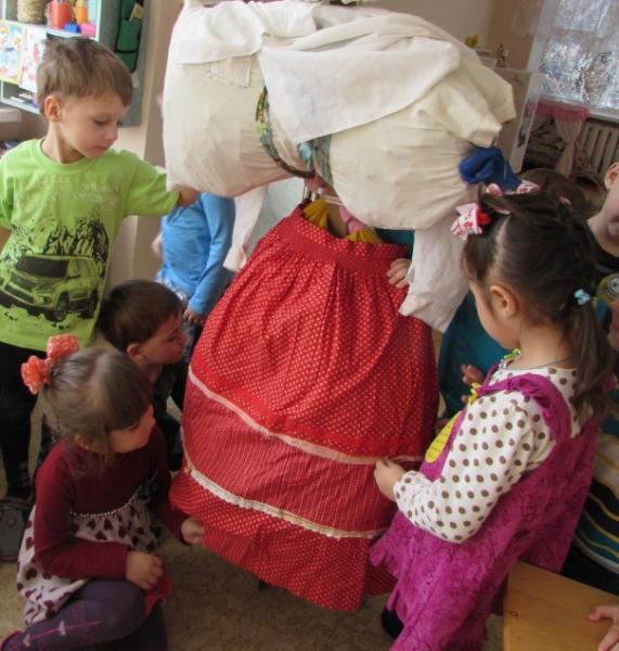Дети наряжают чучело Масленицы