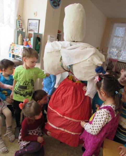 Дети стоят возле чучела Масленицы