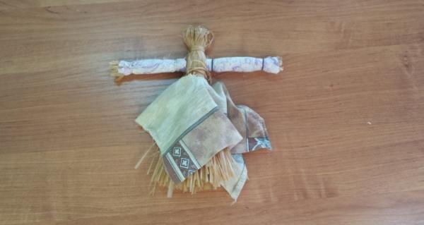 Кукла из лыка с нарядами, прикрепленными резинками
